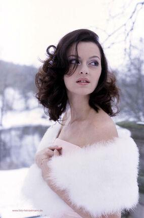 Beispiel: Winterstola, Foto: feminin Braut- und Abendmode Accessoires.
