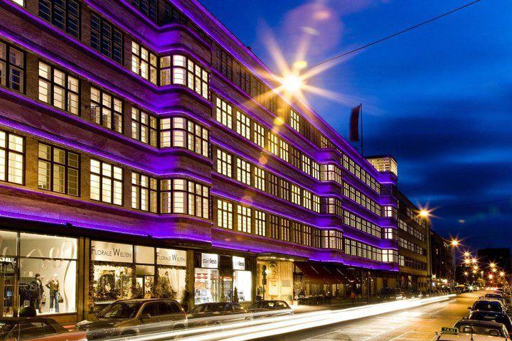 Beispiel: Hotel beleuchtet bei Nacht, Foto: Ellington Hotel.