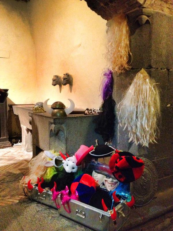 Photobooth di Alessandro Zingone - matrimonio in stile reportage: servizi fotografici e cabina photobooth. Alcune maschere tipo carnevale al castello Odescalchi di Bracciano.