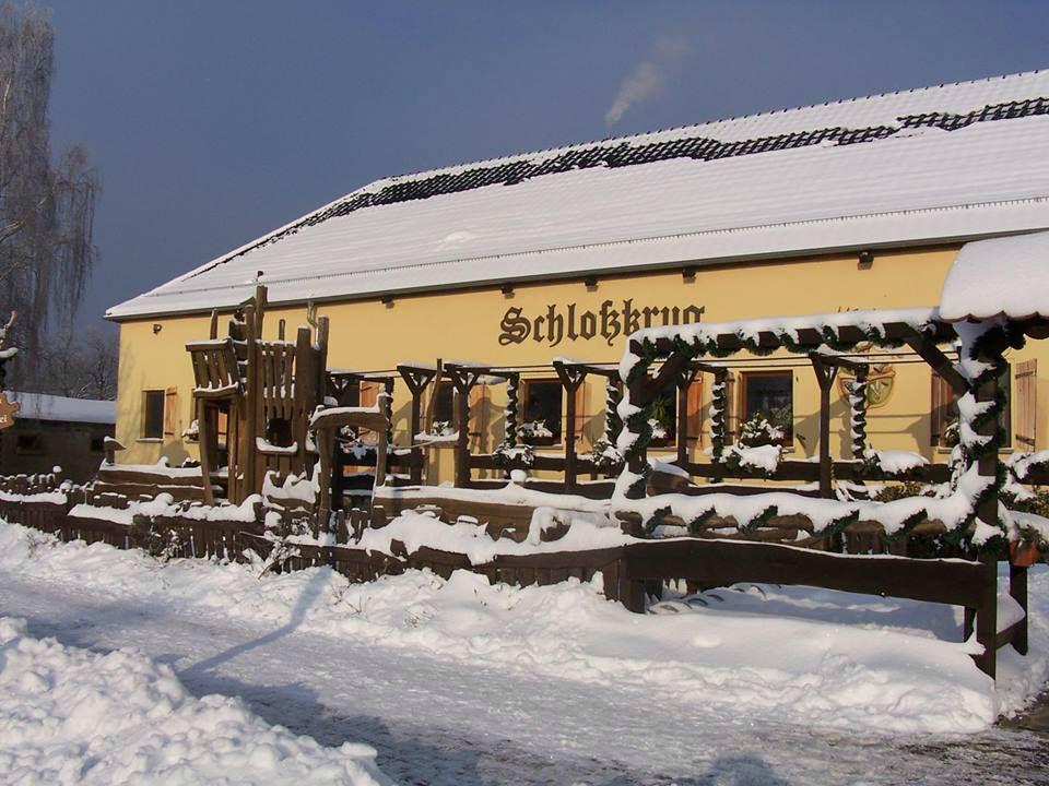 Beispiel: Außenansicht bei Schnee, Foto: Schloßkrug Gundorf.
