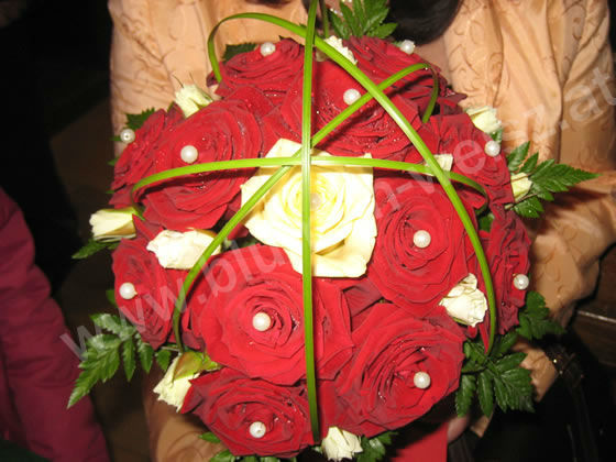 Beispiel: Brautstrauß mit roten Rosen, Foto: Blumen Weisz.