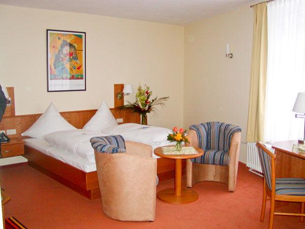 Beispiel: Hotelzimmer, Foto: Schlosshotel Eybar.