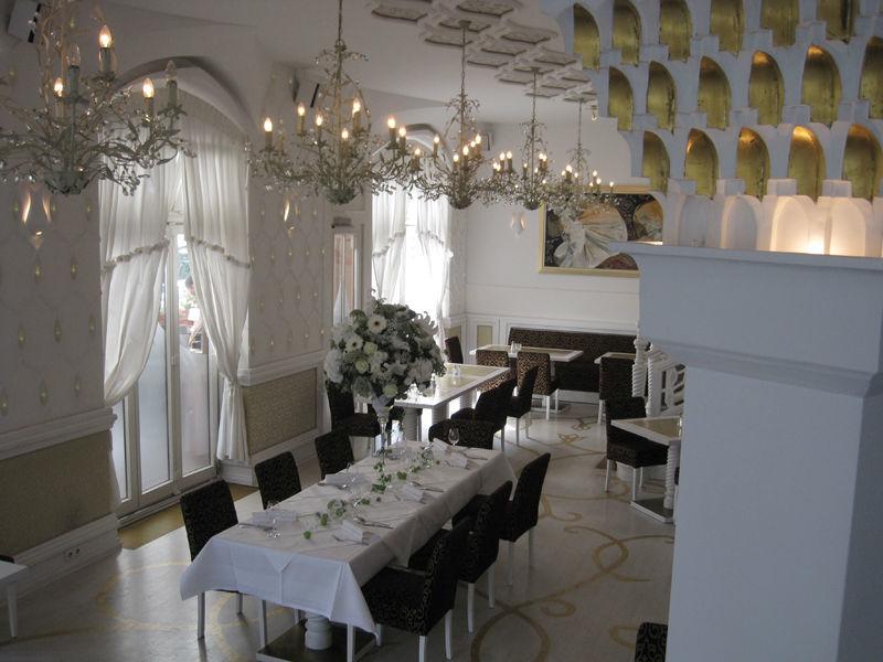 Beispiel: Fertig dekoriertes Bankett, Foto: Blumen Hetzer.