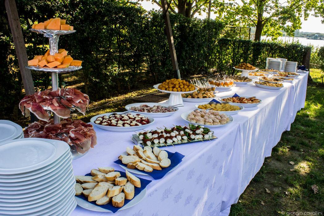 Panoramica buffet nel giardino