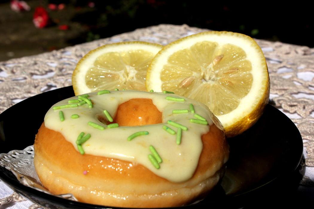 Donut com cobertura de glacé de limão