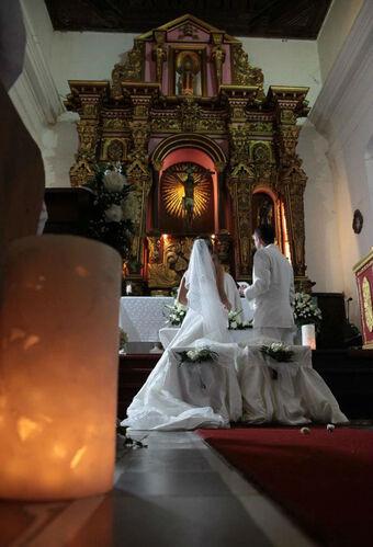 imagen de una hermosa boda en una iglesia  del centro histórico...