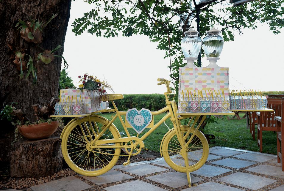 Nosso espaço Boa-Vindas personalizado. Coração com logo do casal, estampa exclusiva, compotas handmade e sucos aromatizados. Além de uma arranjo de flores maravilhoso.