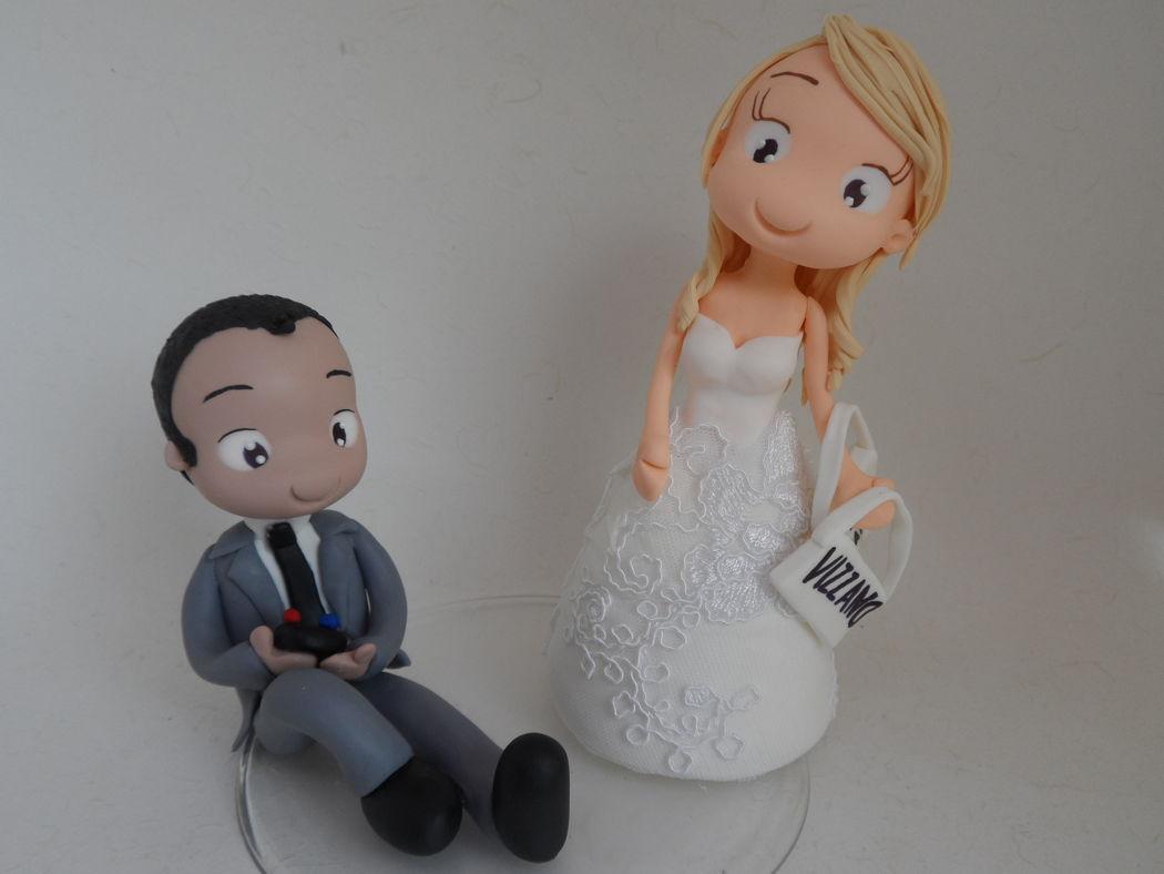 Noivinho de Biscuit Personalizado, noivinho com manete de vídeo game e noiva com sacolinha, vestido com aplique de renda de vestido de noiva!