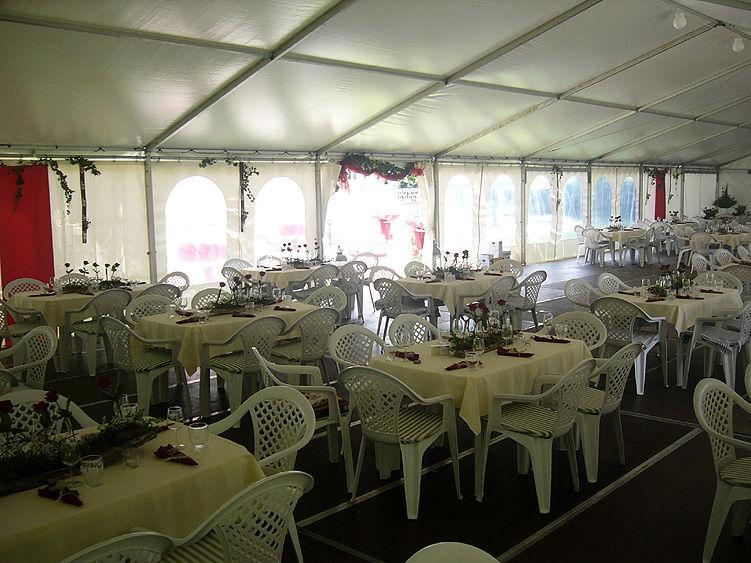Beispiel: Hochzeitsgedeck im Zelt, Foto: Schloss Assumstadt.