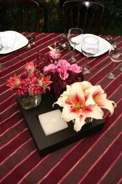 Diseño de centros de mesa con flores coloridas y de temporada - Foto Dinara Banquetes