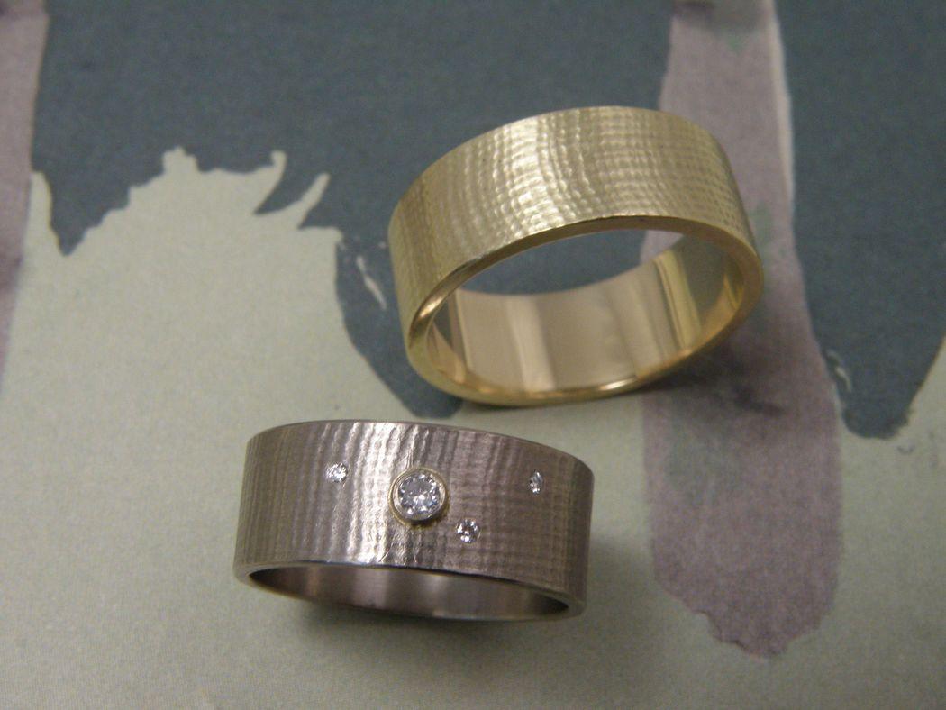 * geelgouden ring met linnenstructuur  * witgouden ring met linnenstructuur en drie 0,005 crt en een 0,05 crt briljant geslepen diamant  * trouwringen uit het Oogst atelier