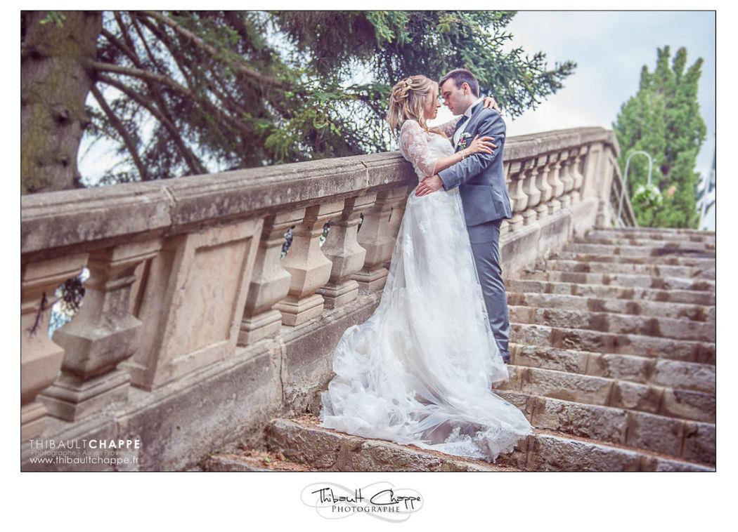 Photo de couple romantique dans les escaliers
