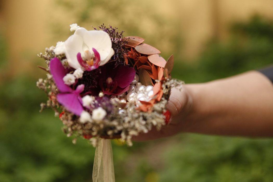 Delikatna ślubna dekoracja w łupinie kokosa