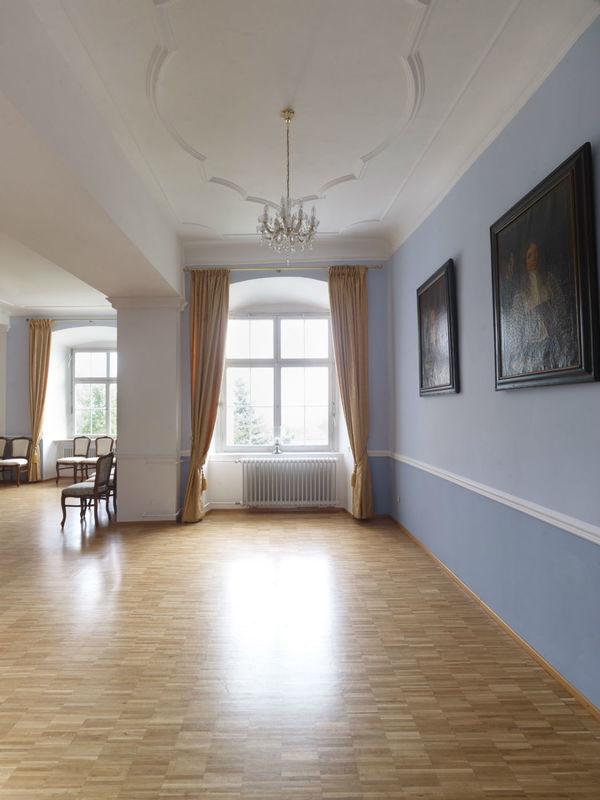 Beispiel: Blauer Fest- und Tanzsaal im 1.OG bis 150 Personen mit freier Tischeinteilung möglich, Foto: Schloss Weiterdingen.