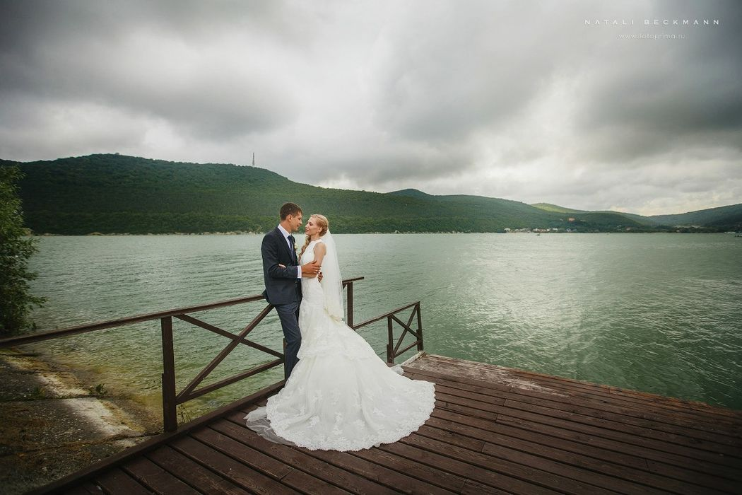 Свадебная фотосессия в Абрау-Дюрсо на берегу озера