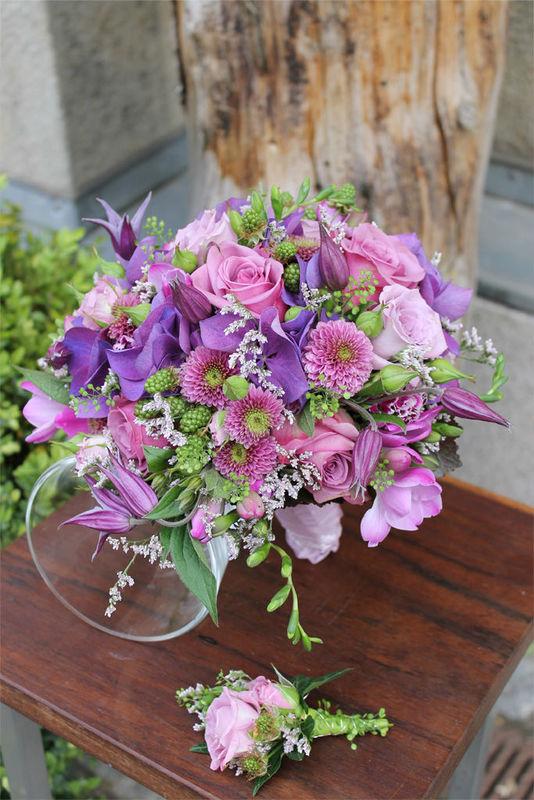 Beispiel: Brautstrauß und Blumenanstecker, Foto: Blumenkunst im Prinz-Karl Palais.