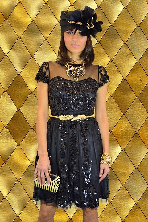 Look vestido cocktail negro pedrería con bandó, bijoux, cinturón y cartera, todo en dorado y negro.