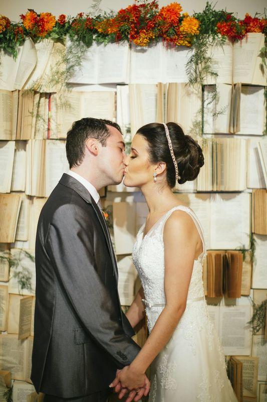 Backdrop de livros pro casal que se conheceu numa biblioteca