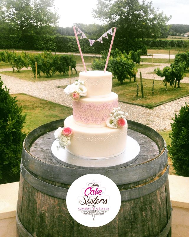 wedding cake dentelle et fleurs fraîches