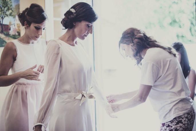 Boda militar. Vestido de crepe de seda con capa desmontable de tul de seda.  Vestidos de novia y de hermana de novia de Cristina Piña.