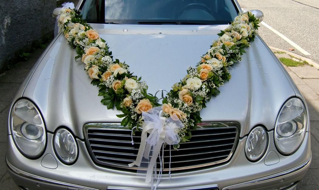 Beispiel: Autoschmuck, Foto: Blumen Loos.