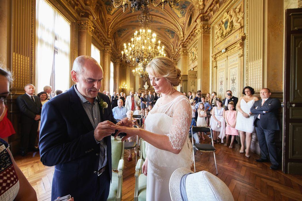 Echange des alliances lors de la cérémonie civile à Vannes