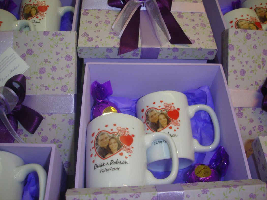 caixa com 2 canecas 95 ml personalizada com foto colorida dos noivos*. *a foto deve ser fornecida em boa resolução. Essa foi para São Paulo.