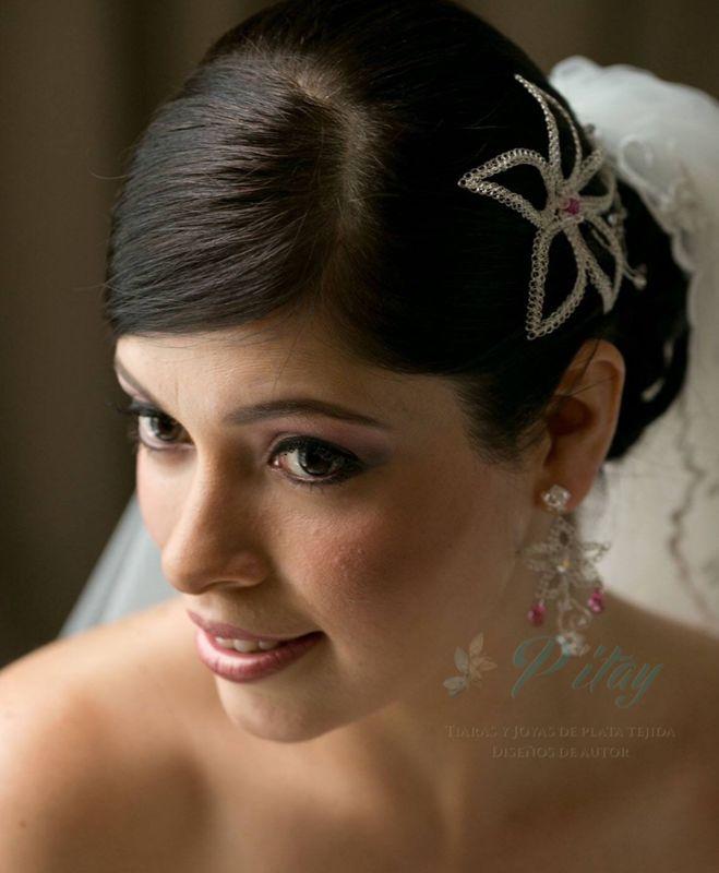 Tiara de plata y cristales swarosky. Aretes de hilo de plata, que hacen juego con la tiara.