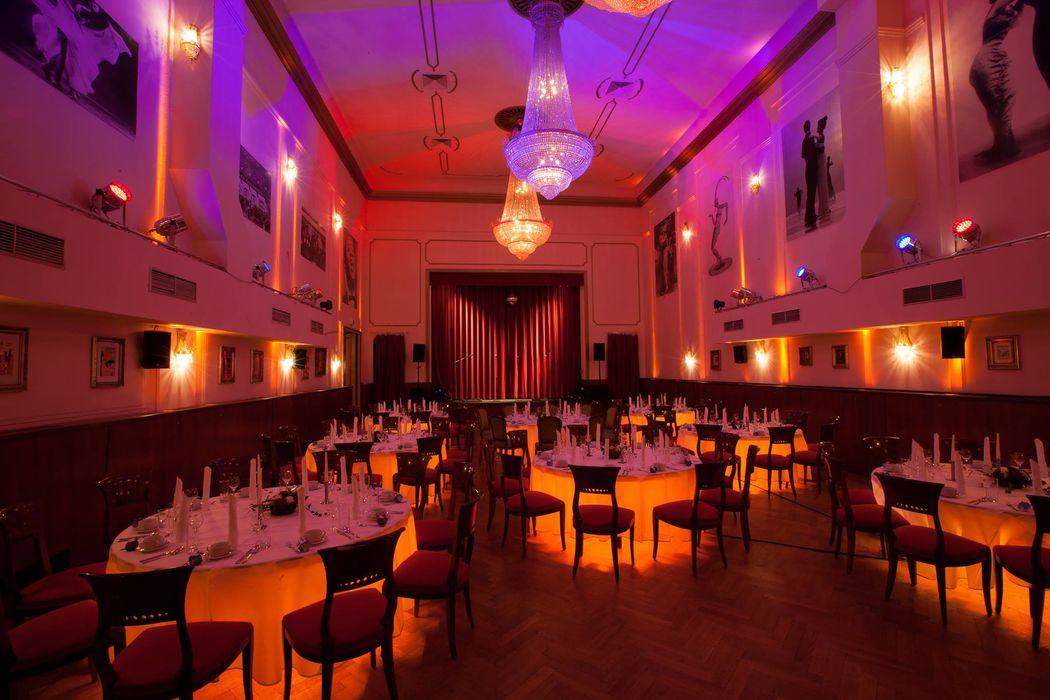 Großer Saal mit runden Tischen und Untertischbeleuchtung