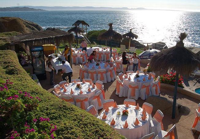 Comida en el sector de la piscina con vista al mar.