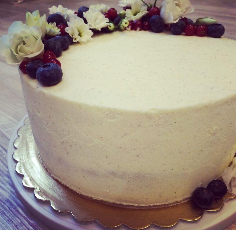 Нежный полумесяц из цветов и ягод - отличное решение для оформления свадебного торта