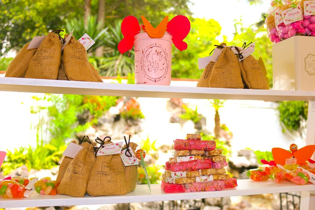 Nos gusta poner atención en cada detalle y que la mesa de dulces vaya de acuerdo a su personalidad y preferencias, que refleje la historia que han vivido.