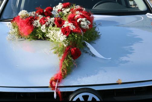 Beispiel: Blumenschmuck fürs Auto, Foto: Bader Blumen-Center.