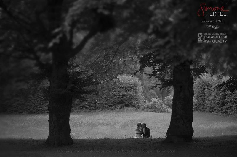 Beispiel: Brautpaar unter Bäumen, Foto: Simone Hertel.