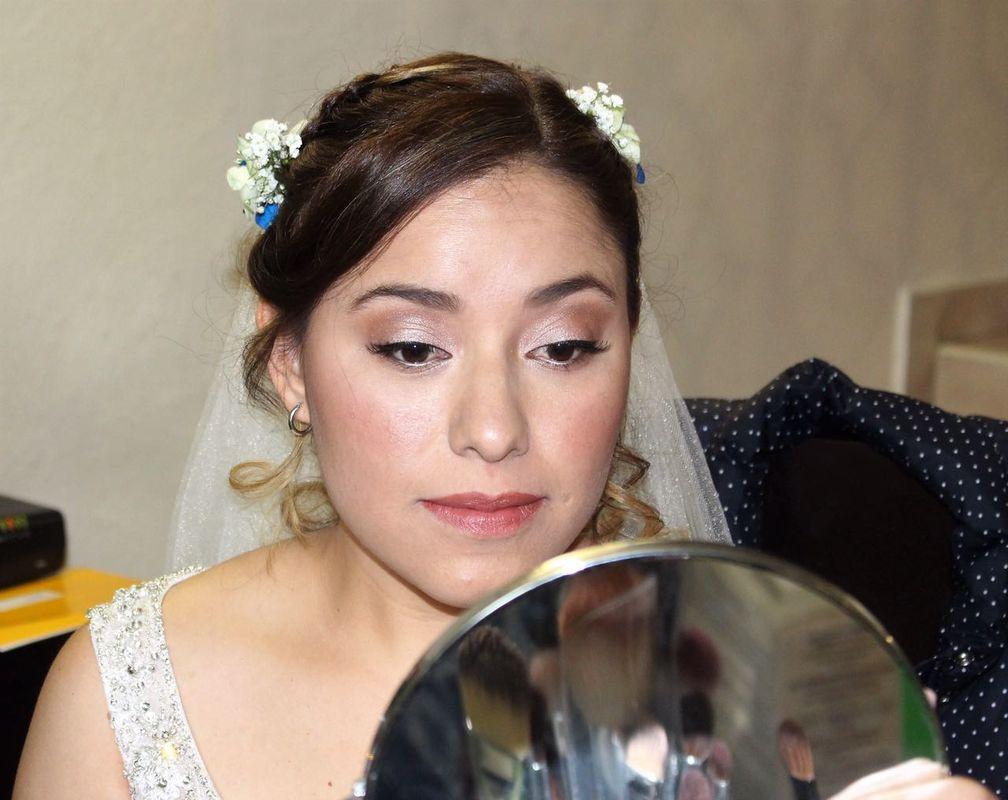 Alekssandra Gómez  Novia al natural, maquillaje muy sutil para aquellas novias que quieren verse arregladas, pero naturales.