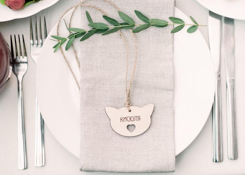 Оформление тарелочки для рустикальной свадьбы