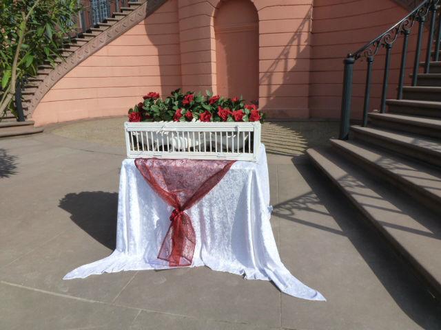 Beispiel: Korb (rote Rosen, weisser Samt), Foto: Vogelschule Christian Krey.