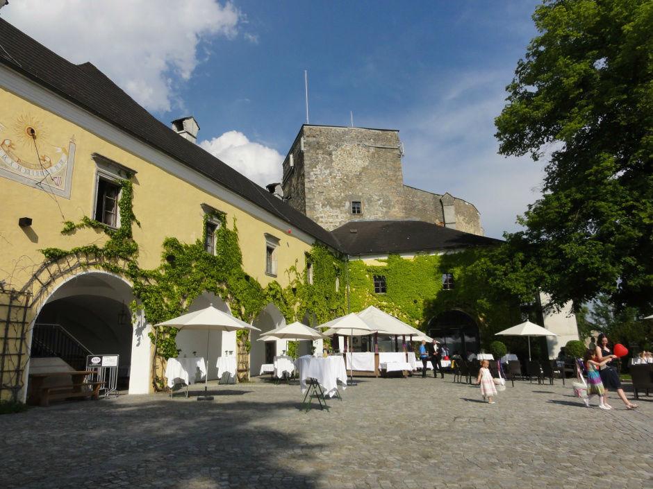Beispiel: Burghof, Foto: Burg Kreuzen.