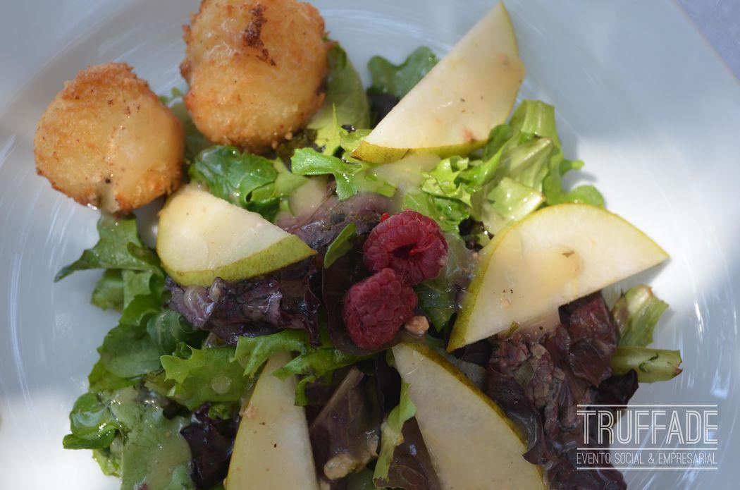 Ensalada frutal, con perlas de queso de cabra empanizadas