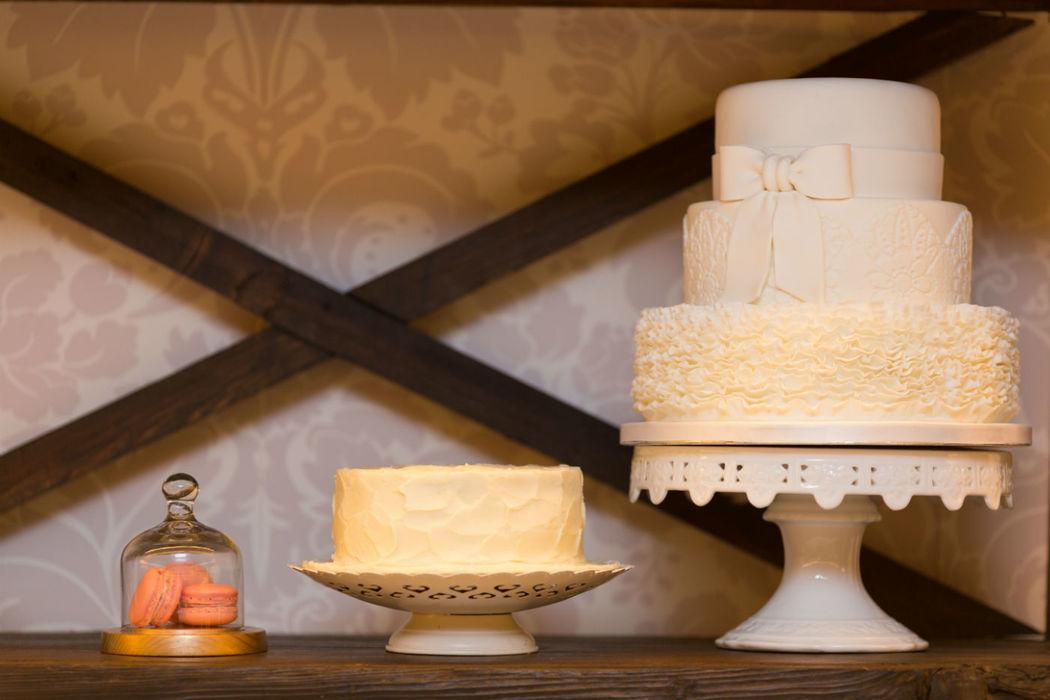 Bolo de noivos - chocolate com recheio de frutos vermelhos e bolo red velvet decorado com creme de queijo.