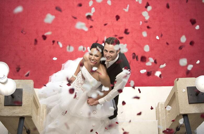Beispiel: Brautmode vom Designer, Foto: The Moment.