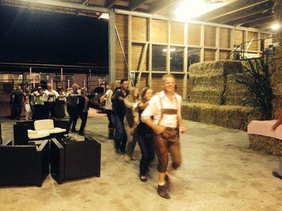 Beispiel: Tanzende Gäste auf der Hochzeit in der Scheune, Foto: DJ Seron.