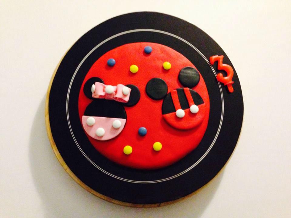 Bolo de aniversário com o tema Mickey Mouse.
