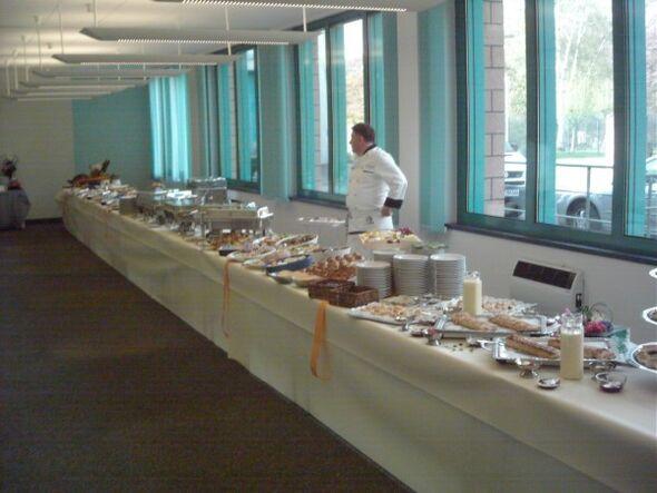 Beispiel: Büffettisch mit Koch, Foto: Linials Catering.