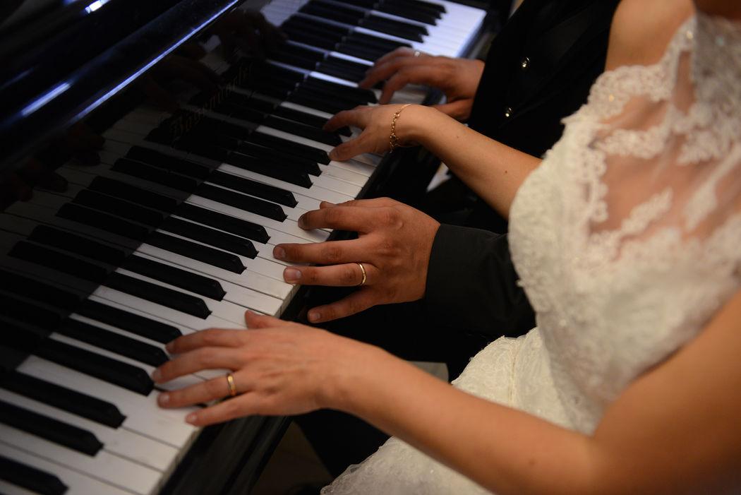 Gli sposi mentre suonano la musica della loro vita