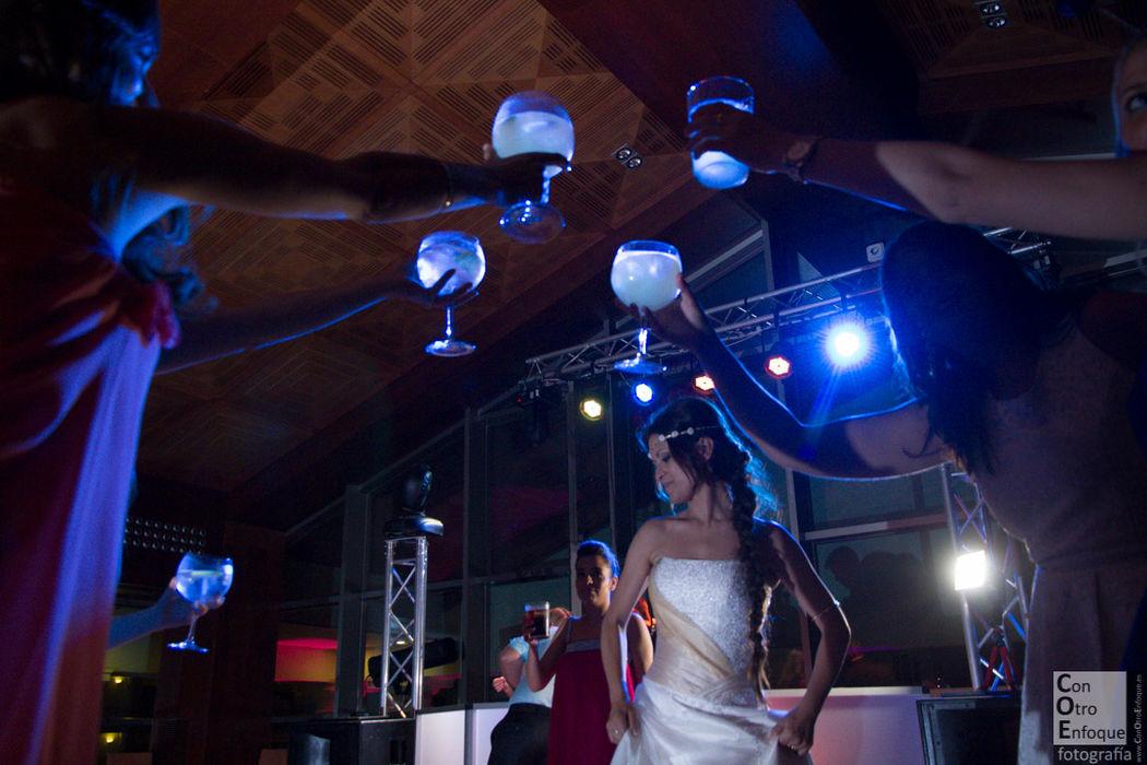 un brindis por la novia. Boda en Hotel Balneario Las Arenas (Valencia)