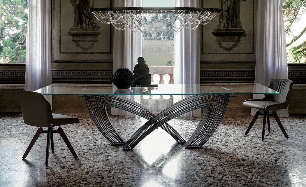 Tavolo Hystrix – Cattelan Italia.  Hystrix di Cattelan Italia è un tavolo dal design originale e accattivante. Composto da una base in tondini di metallo dallo stile industriale ed un piano di cristallo extra chiaro, è un elemento d'arredo di grande impatto visivo. La sua eleganza industriale, unica, aggiungerà un tocco di stile unico alla vostra living room.