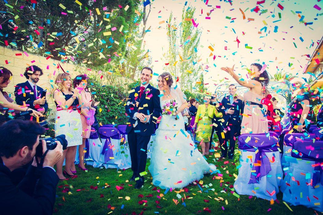 We Are. - Wedding planner. Detalle lanzamiento confeti en boda. Organización de ceremonia en tonos morados.