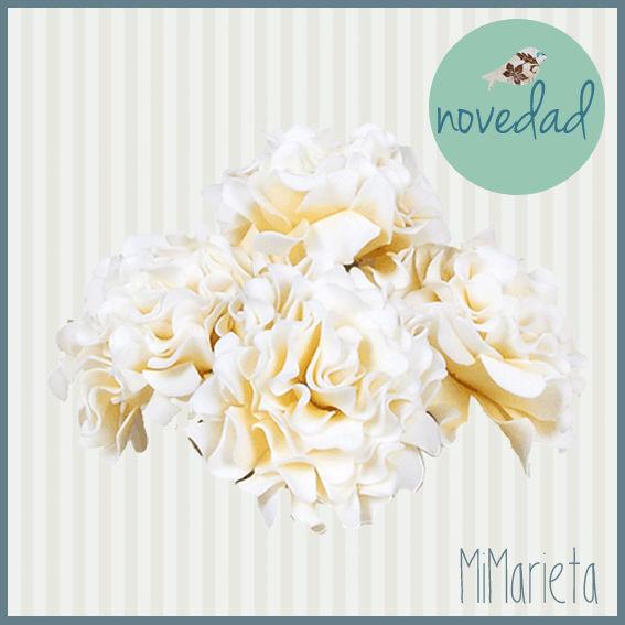 Preciosa Rosa artificial decorativa en color crudo que dará elegancia y romanticismo a cualquier estancia. Medidas: 70cm.