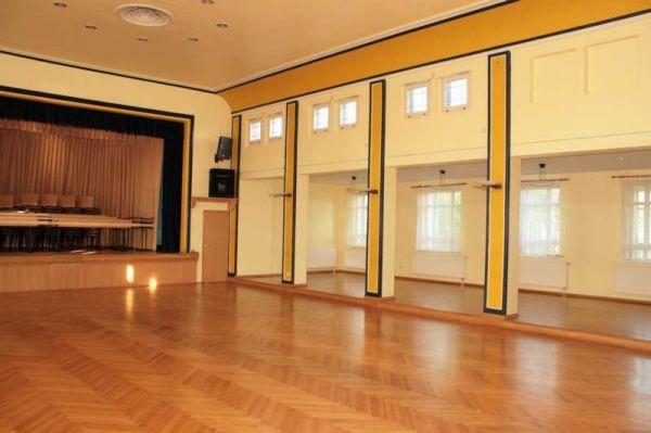 Beispiel: Festsaal mit Bühne, Foto: Schützenhaus Bürgel.